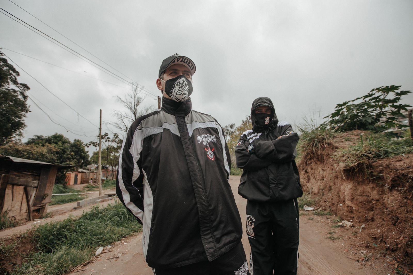 Cristiano Bizarro, à esquerda, e William durante ação social no Morro Doce, atendendo as famílias da ...