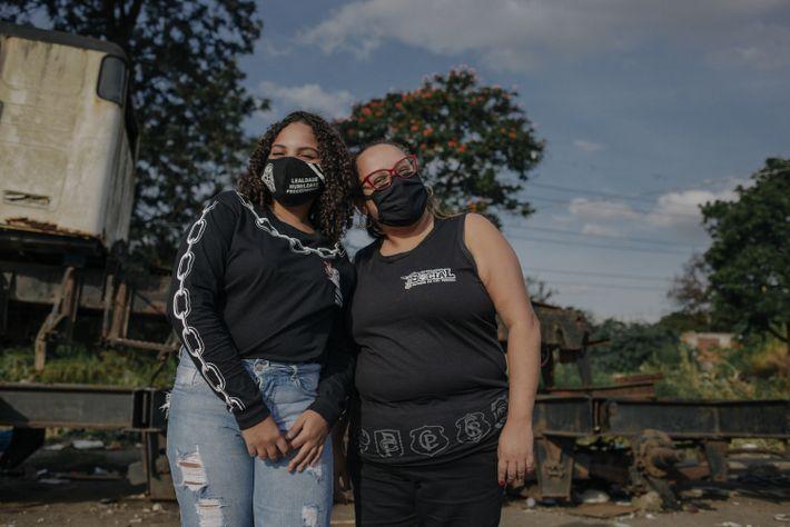 retrato de duas mulheres olhando para câmera