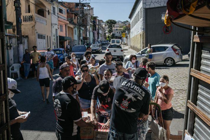 Voluntários entregam cestas básicas e produtos de higiene na Comunidade Cruzeirinho, em Pirituba, Zona Oeste de ...