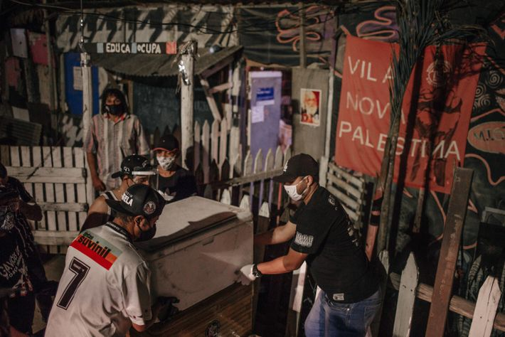 Voluntários distribuem doações na Vila Nova Palestina, ocupação do Movimento dos Trabalhadores Sem Teto no extremo ...