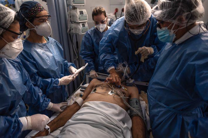 Paciente com covid-19 é intubado na sala de emergência do Hospital Geral de Vila Penteado, Zona ...
