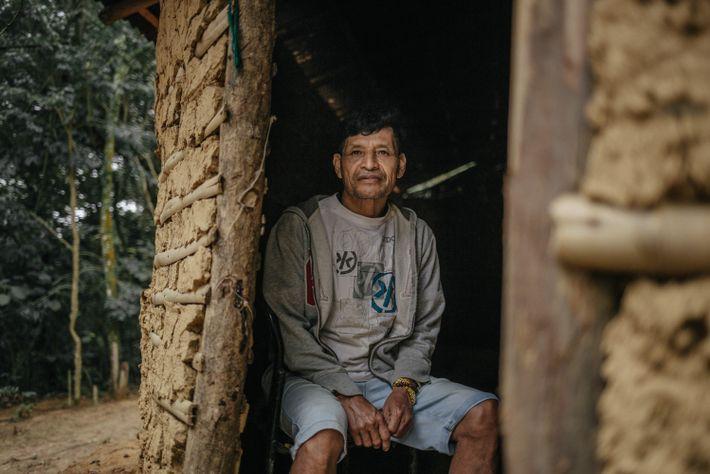 Também xeramoi, Pedro Luiz Macenana posa para retrato em frente a casa de reza da aldeia Tekoa ...