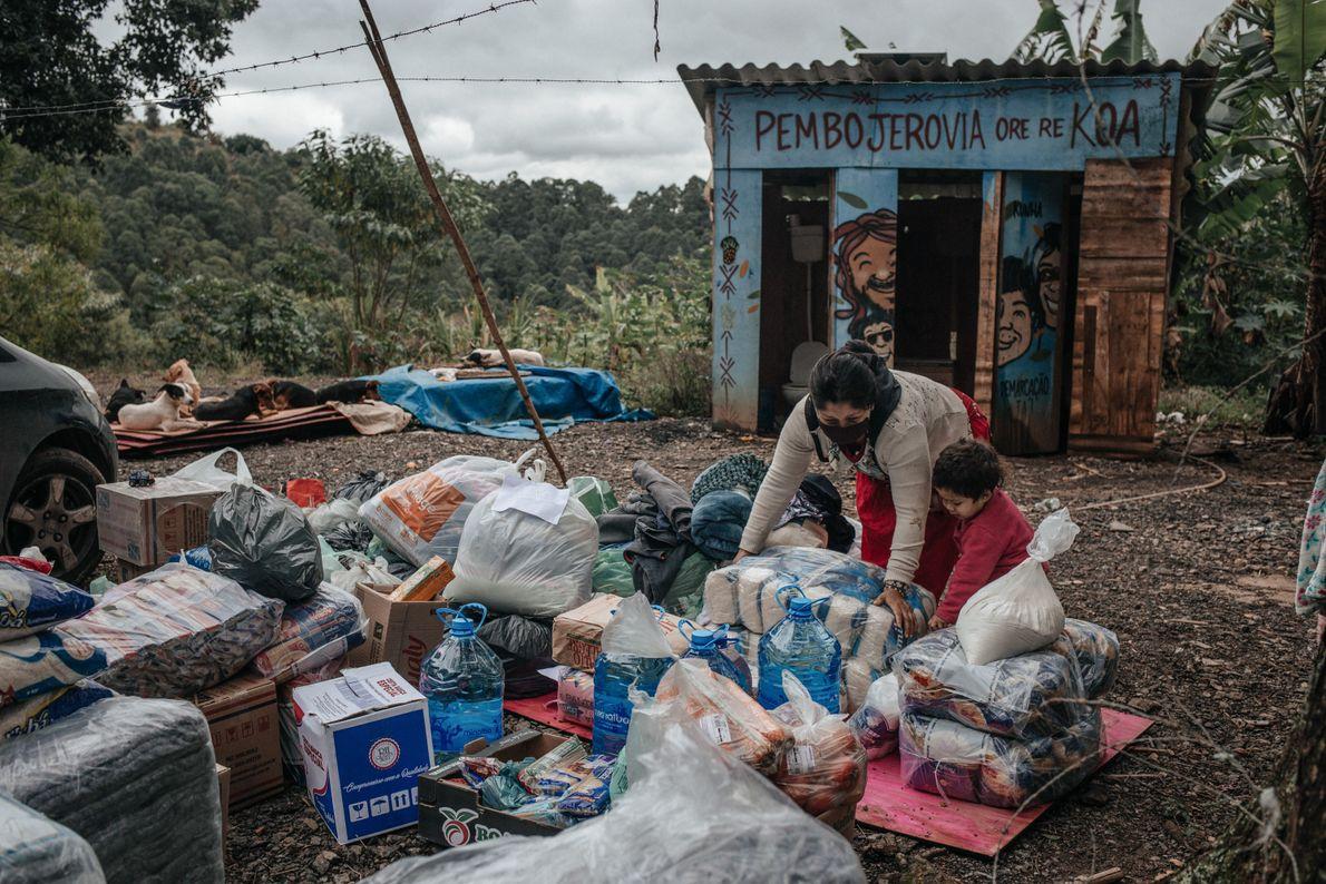 Doaçoes chegam na aldeia Tekoa Itakupé, no Jaraguá, depois que yn grande incêndio atingiu a região ...
