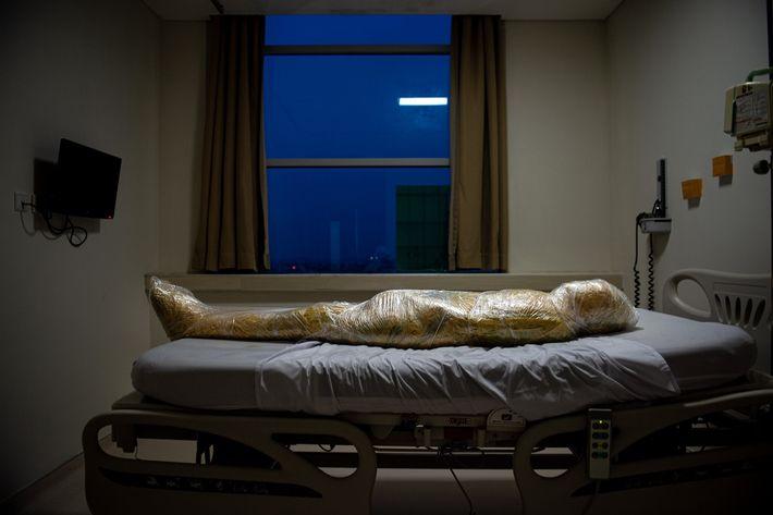Corpo de uma vítima suspeita de covid-19 em um hospital da Indonésia. Após o óbito do ...