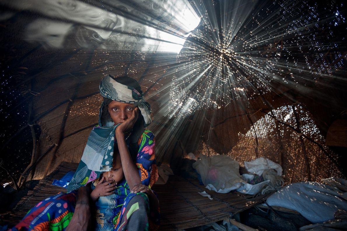 Aisha Barka e sua filha, Mariam, não comiam havia dias quando chegaram a um acampamento de ...