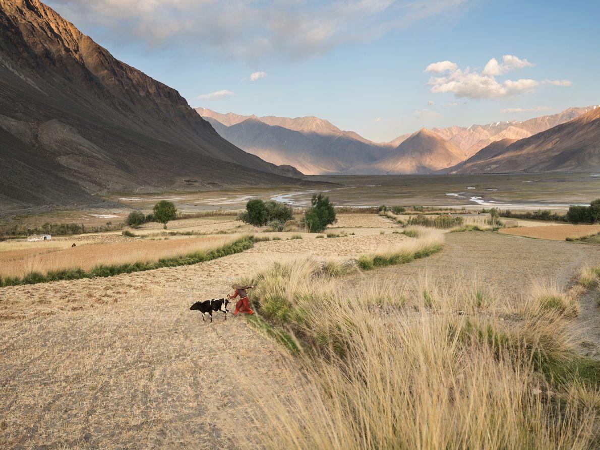 Perto do extremo oriental da região de Wakhan, no Afeganistão, onde estradas são reduzidas a trilhas ...