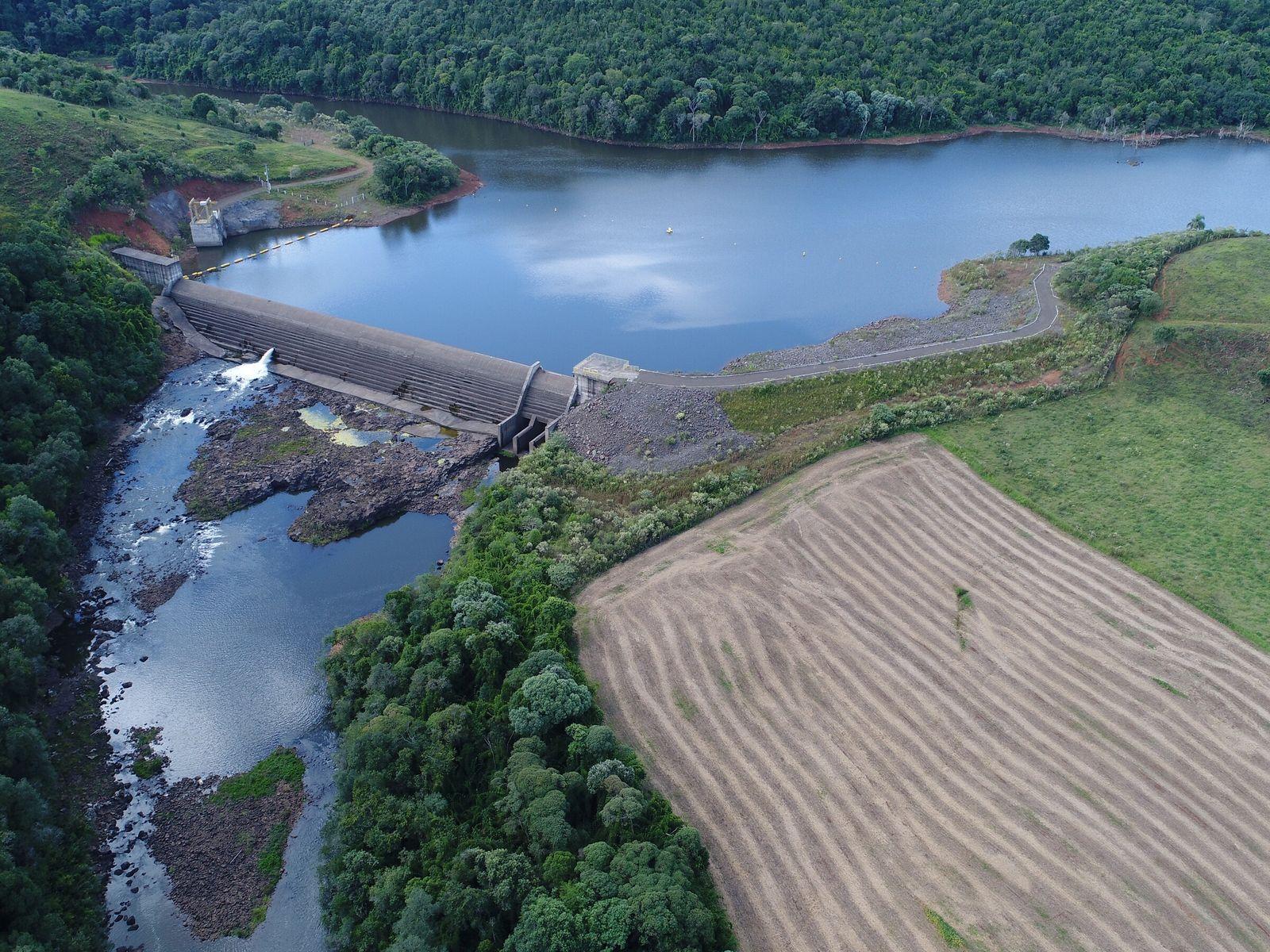 foto aérea de pequena central hidrelétrica no rio grande do sul