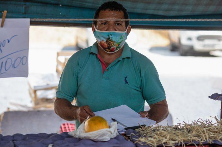 O feirante Koy Rodrigues sentiu grande impacto nas vendas e no fornecimento com a crise causadapela ...