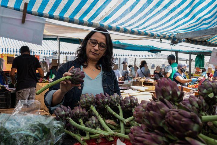 Sylmara Dias, professora e pesquisadora da USP, na feira de rua que frequenta em São Paulo. ...