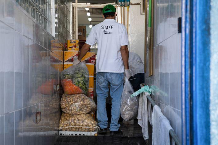 A ONG Banco de Alimentos entrega doações a um centro social na zona leste de São ...
