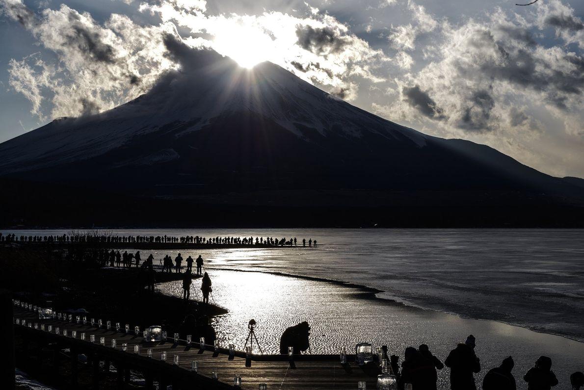 """Um dia popular para visitar o Monte Fuji, especialmente para fotógrafos, é para o """"Diamante Fuji"""", ..."""