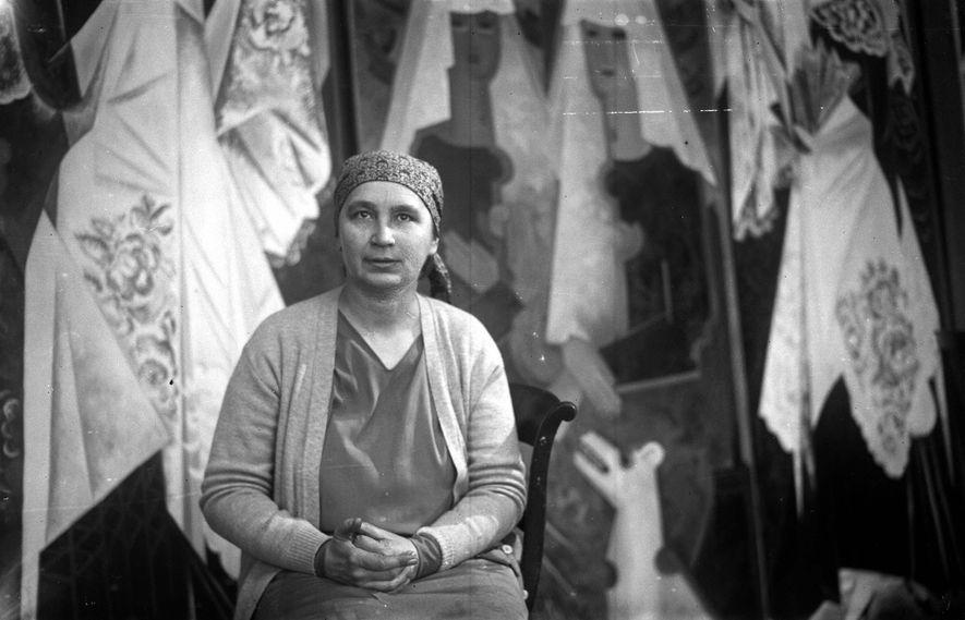 Natalia Gontcharova, pintora, escultora e decoradora russa, em seu estúdio parisiense.