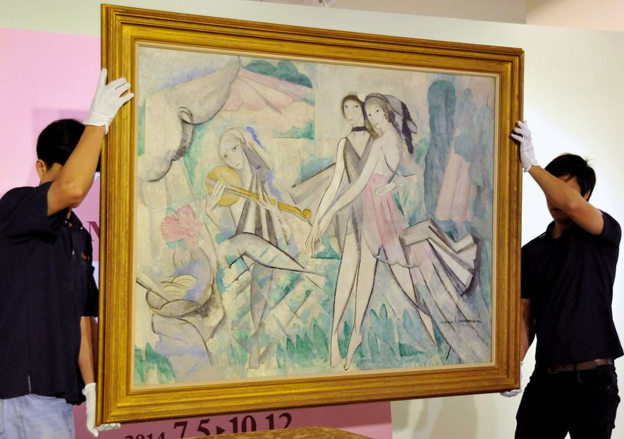 "Trabalhadores movem a pintura de Laurencin, ""La bal elegant ou la danse à la campagne"", durante ..."