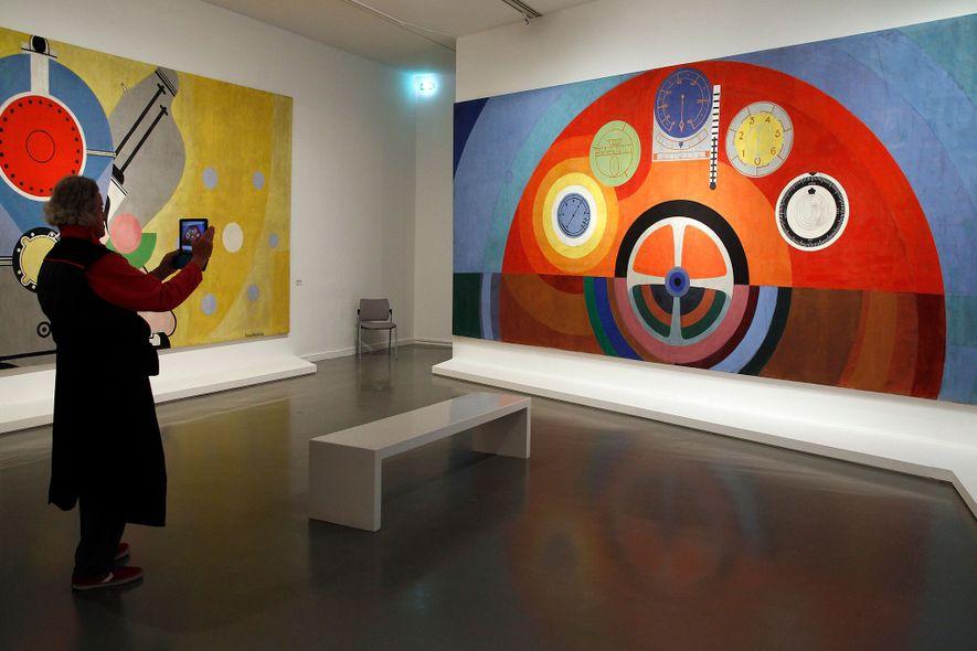 """Um visitante tira uma foto do """"Tableau de Bord"""", de Delaunay, no Museu de Arte Moderna ..."""