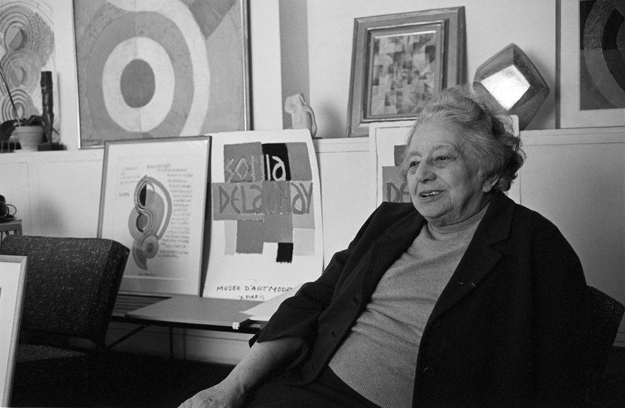 Sonia Delaunay, co-fundadora do Orfismo, abraçou uma variedade de artes visuais e decorativas.