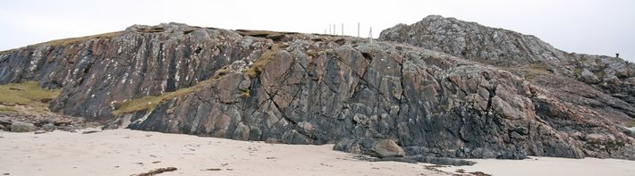 O rochedo, maior que um avião a jato, se estende em primeiro plano nesta imagem de ...