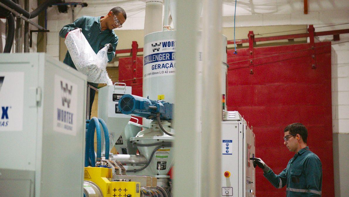 Funcionários da Dow conduzem testes laboratoriais de reciclagem de plástico no centro de inovação da empresa, ...