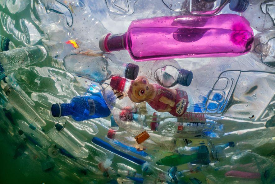 Garrafas entopem a fonte de Cibeles, diante da sede da prefeitura de Madri. No outono passado, o grupo de artistas Luzinterruptus encheu esta e duas outras praças na capital espanhola com 60 mil garrafas usadas para chamar a atenção para o impacto ambiental dos plásticos descartáveis.