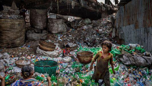 Plástico – Nós o criamos. Dependemos dele. Mas ele nos ameaça.