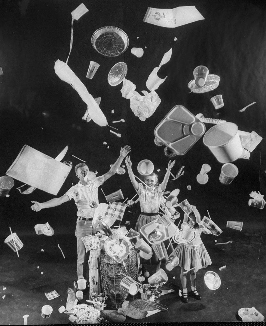 Numa edição de 1955 da revista Life, uma família americana celebra o início de um novo estilo de vida, que se tornou possível com o surgimento do plástico descartável. Objetos para serem usados uma única vez facilitaram a vida das pessoas, mas resultam em boa parte dos resíduos que hoje invadem os oceanos.