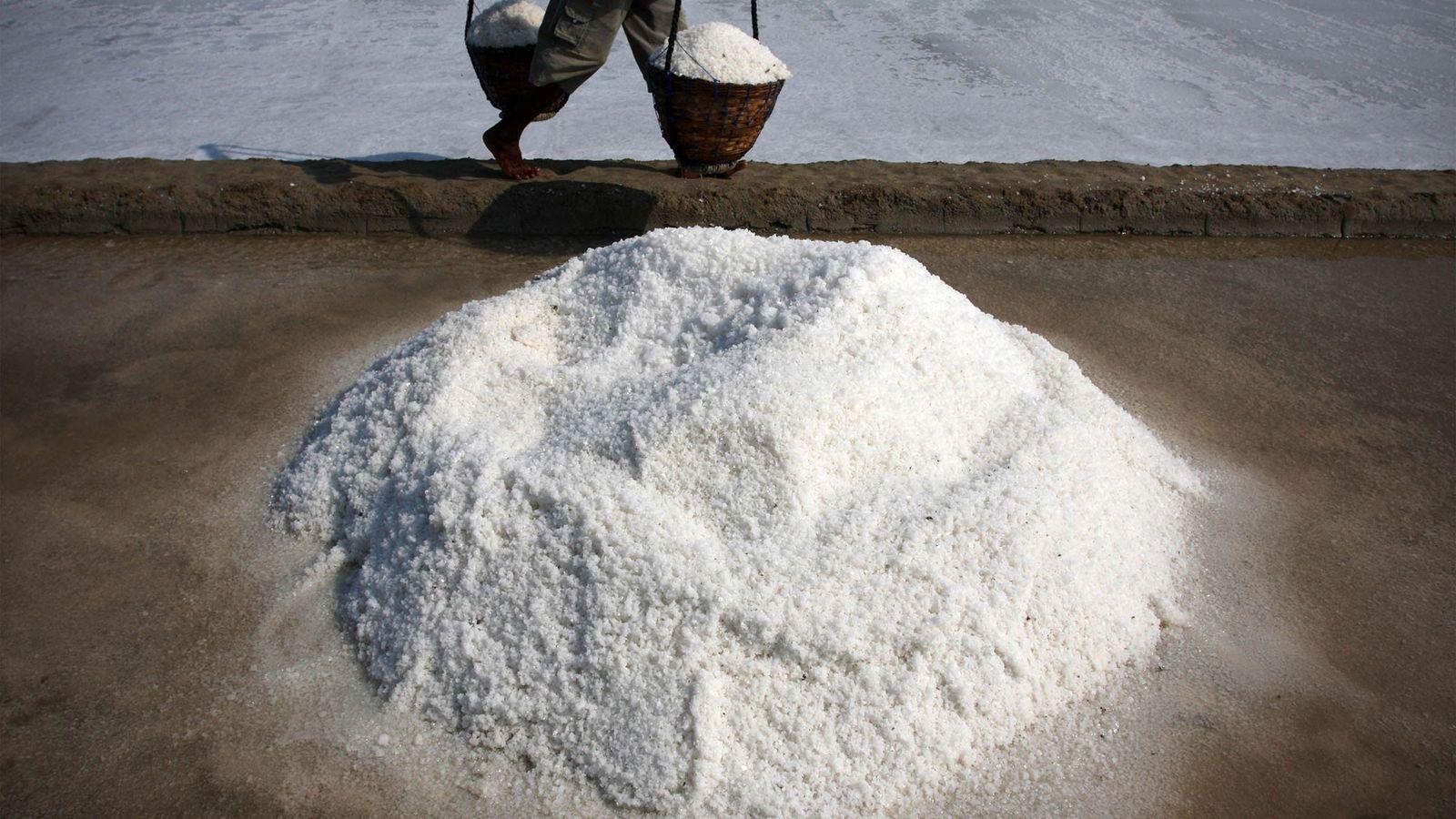 O sal é produzido na Ilha de Madura, na Indonésia, por evaporação da água do mar, ...