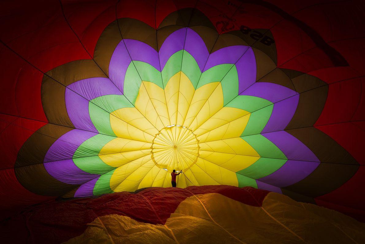 Foto de um homem dentro de um balão de ar inflando