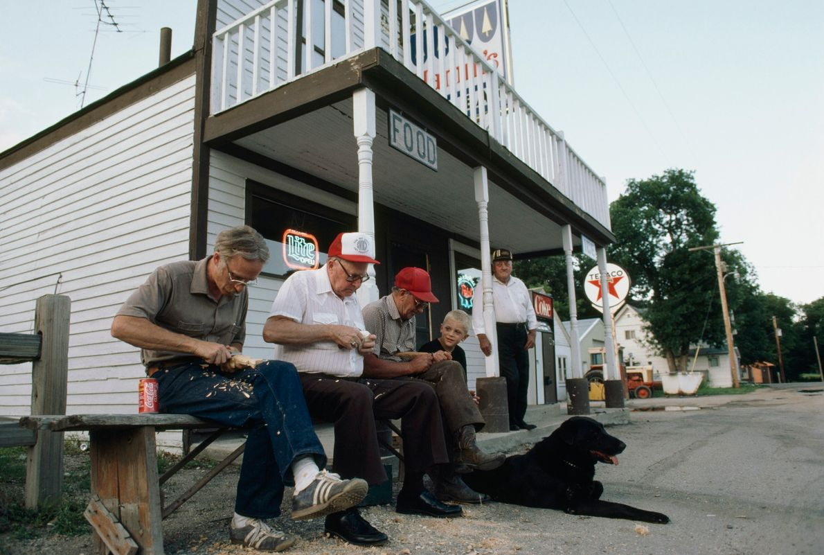 foto de homens talhando na frente de uma loja em Dakota do Norte