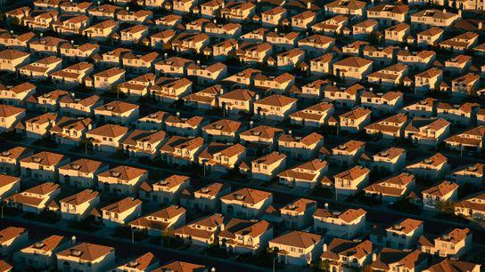 Foto aérea de fila de casas iguais