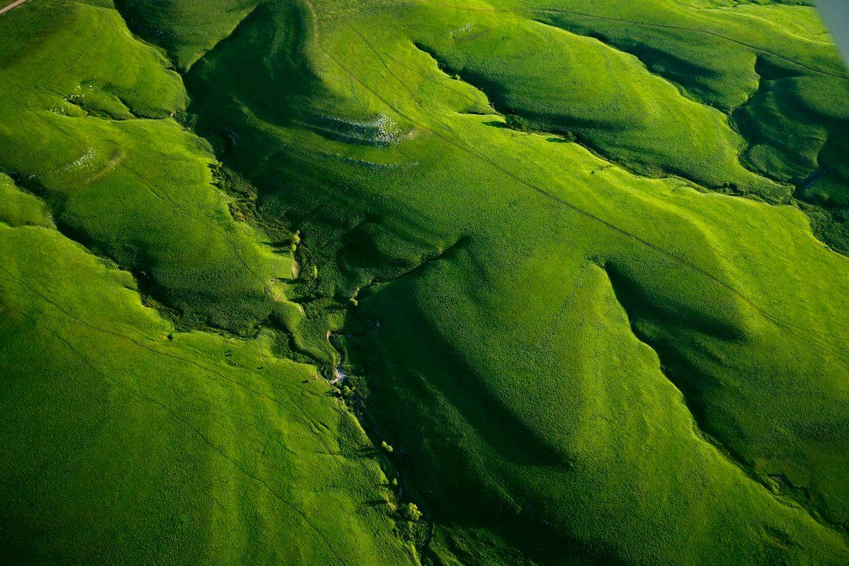 foto aérea de montanhas verdes