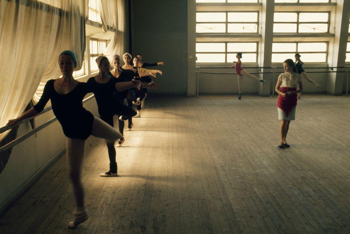 Estudantes de balé praticam sob olhos de um instrutor russo em Cairo, Egito. A foto foi ...