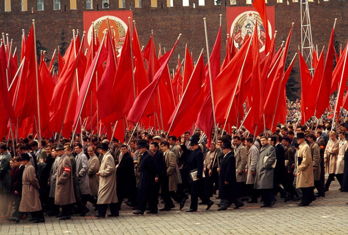 trabalhadores levantam bandeiras vermelhas na Rússia