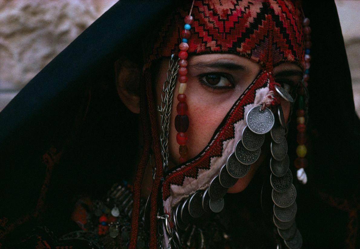retrato de mulher cobrindo o rosto