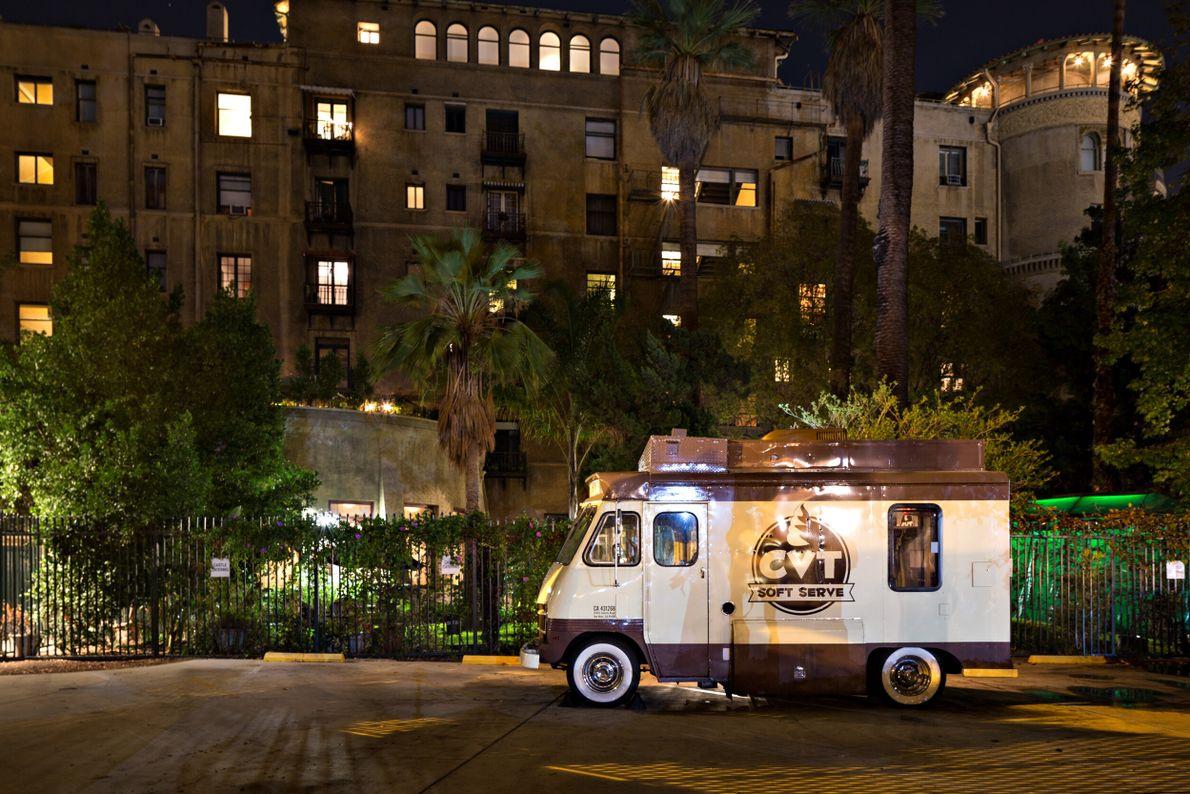 foto de caminhão de sorvete em frente a prédio de noite