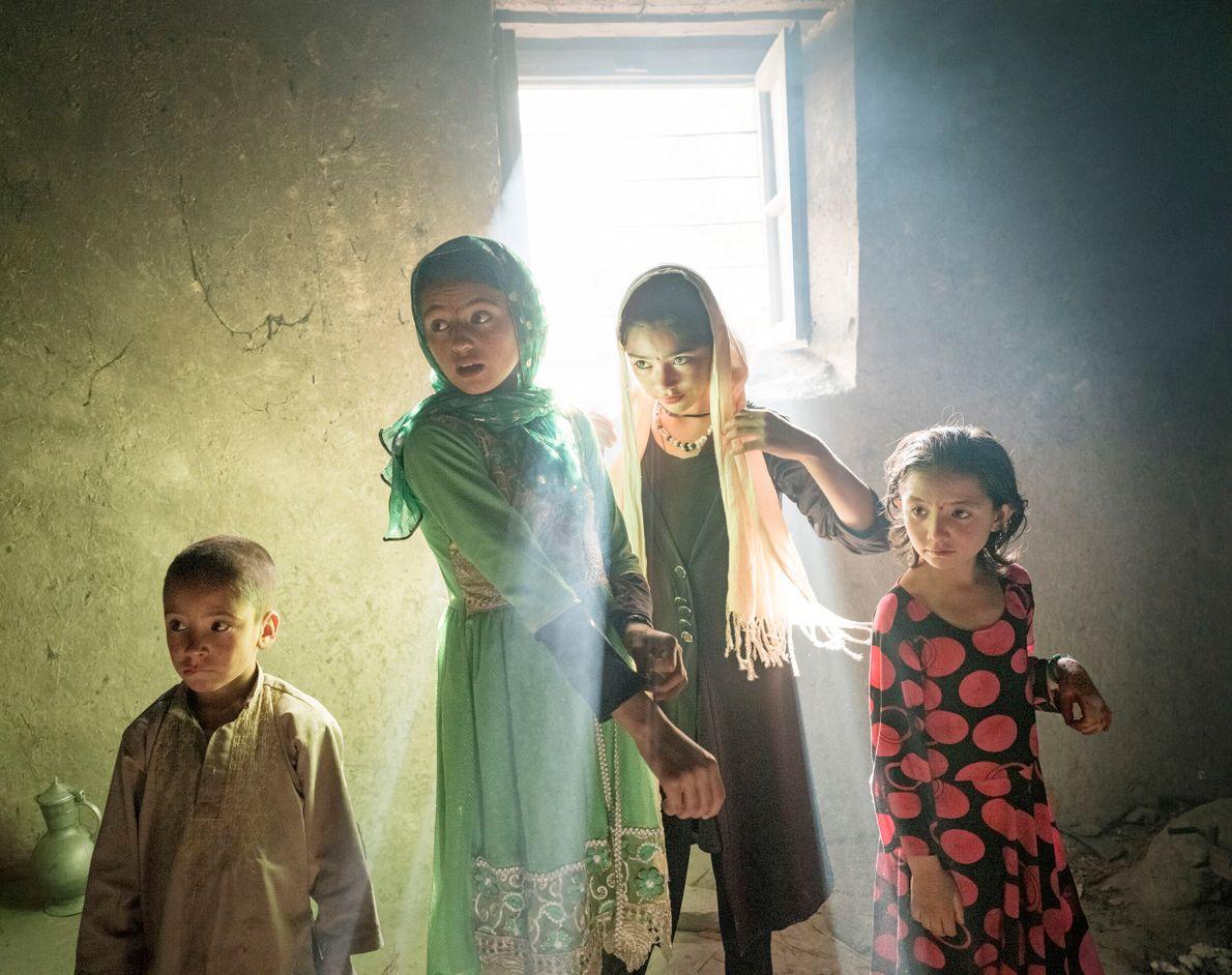 crianças em contraluz dentro de uma casa