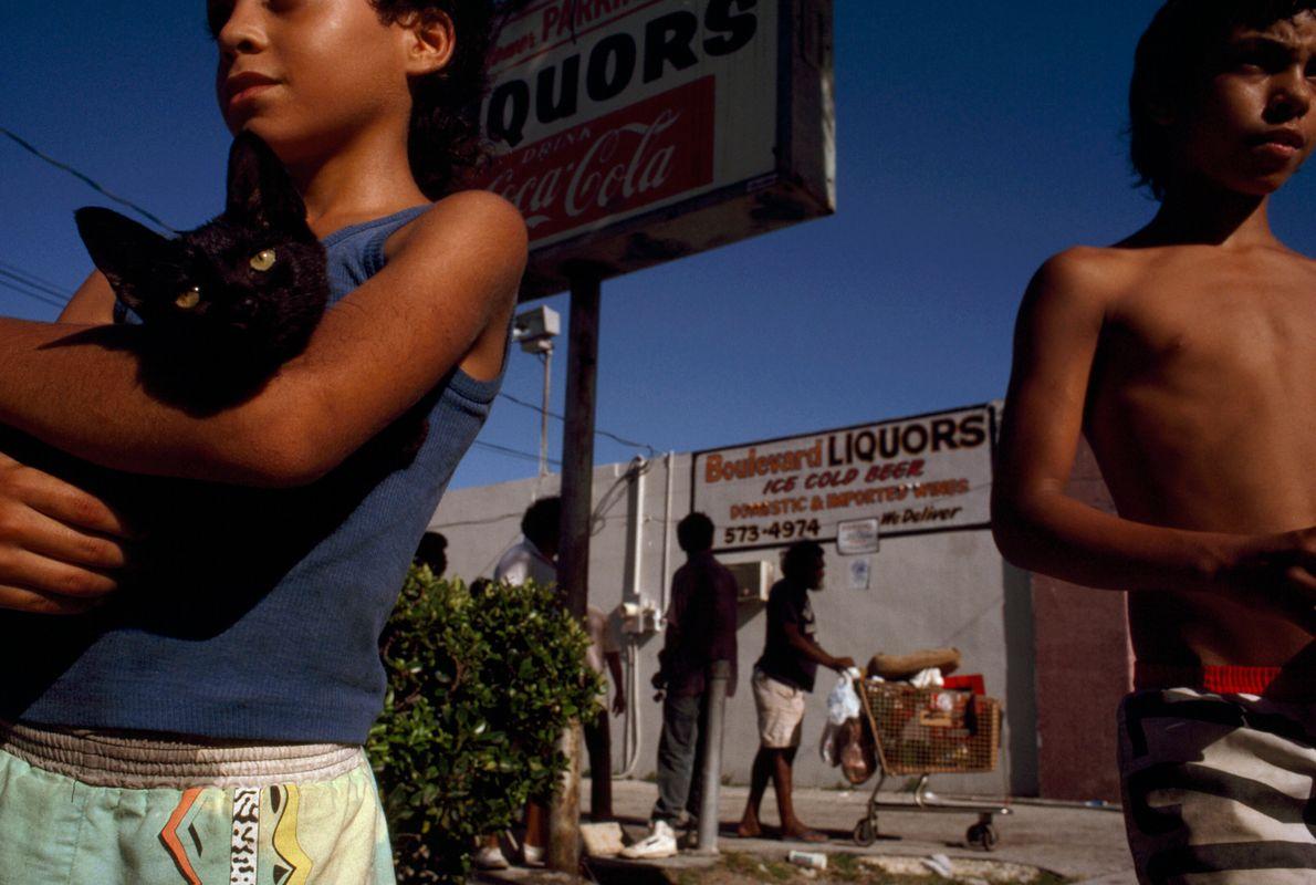 jovens em uma rua de Miami