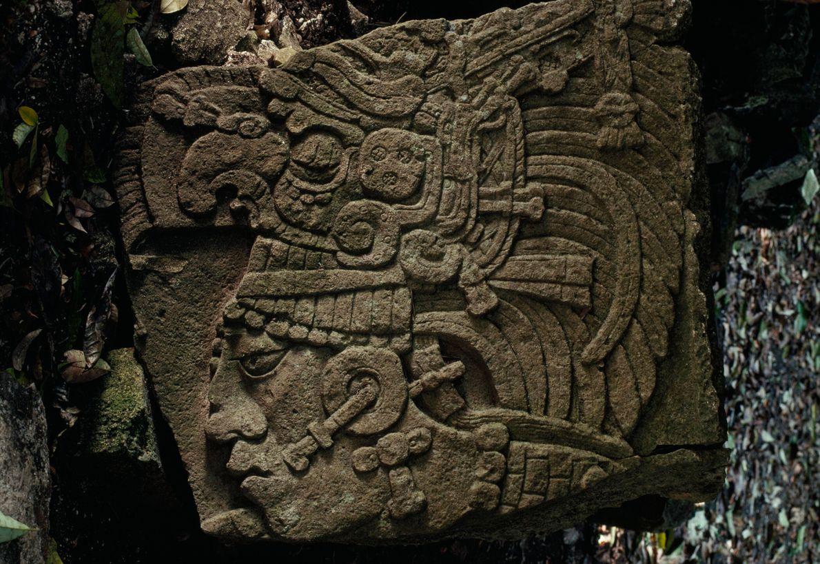 Rocha entalhada com figura maia