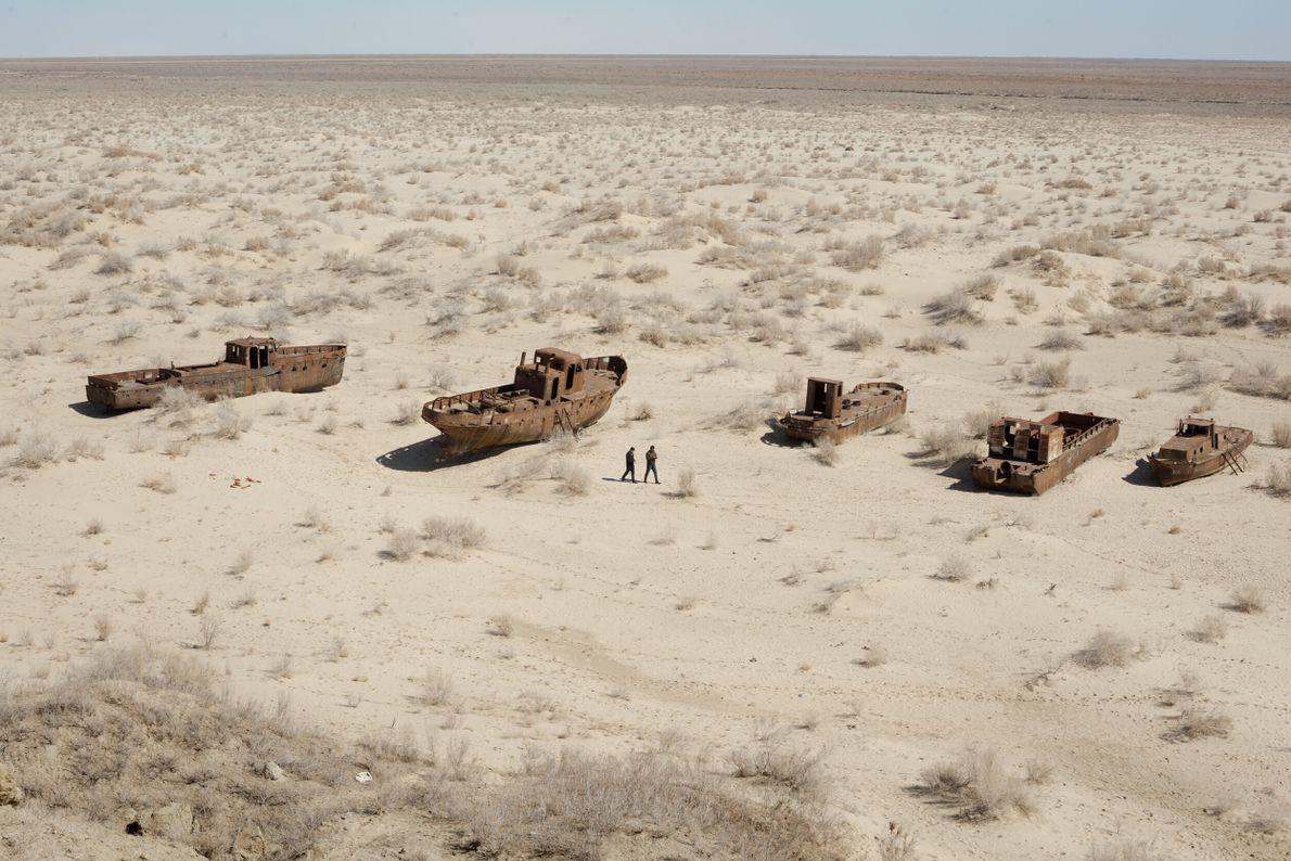 barcos e navios enferrujados onde antes havia o mar Aral