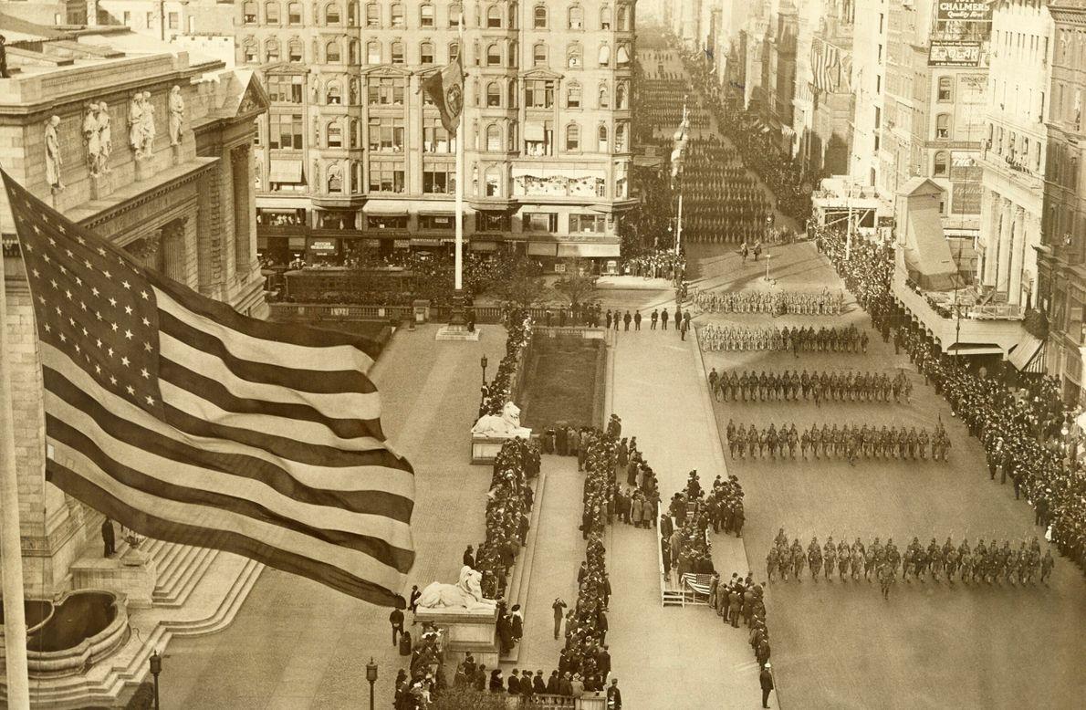 Foto p&b de 1917 mostrando, do alto, um desfile militar em Nova York