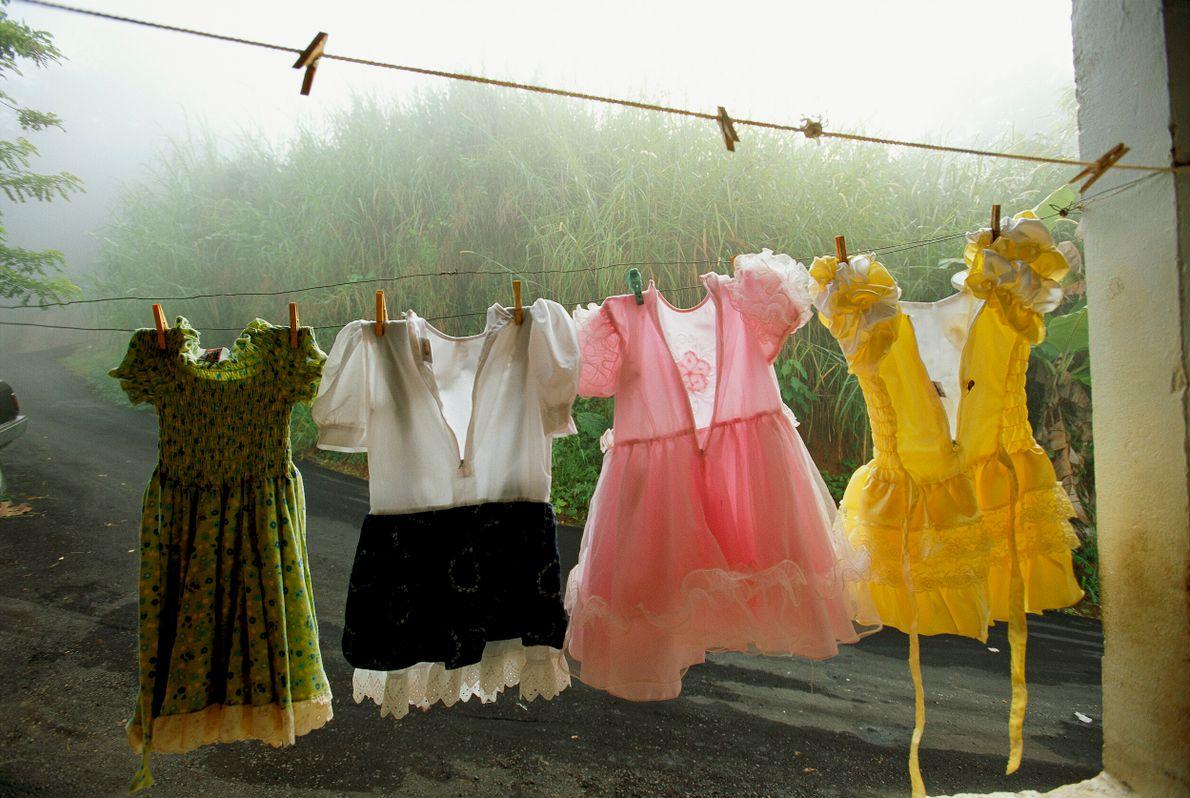 roupas coloridas penduradas em um varal