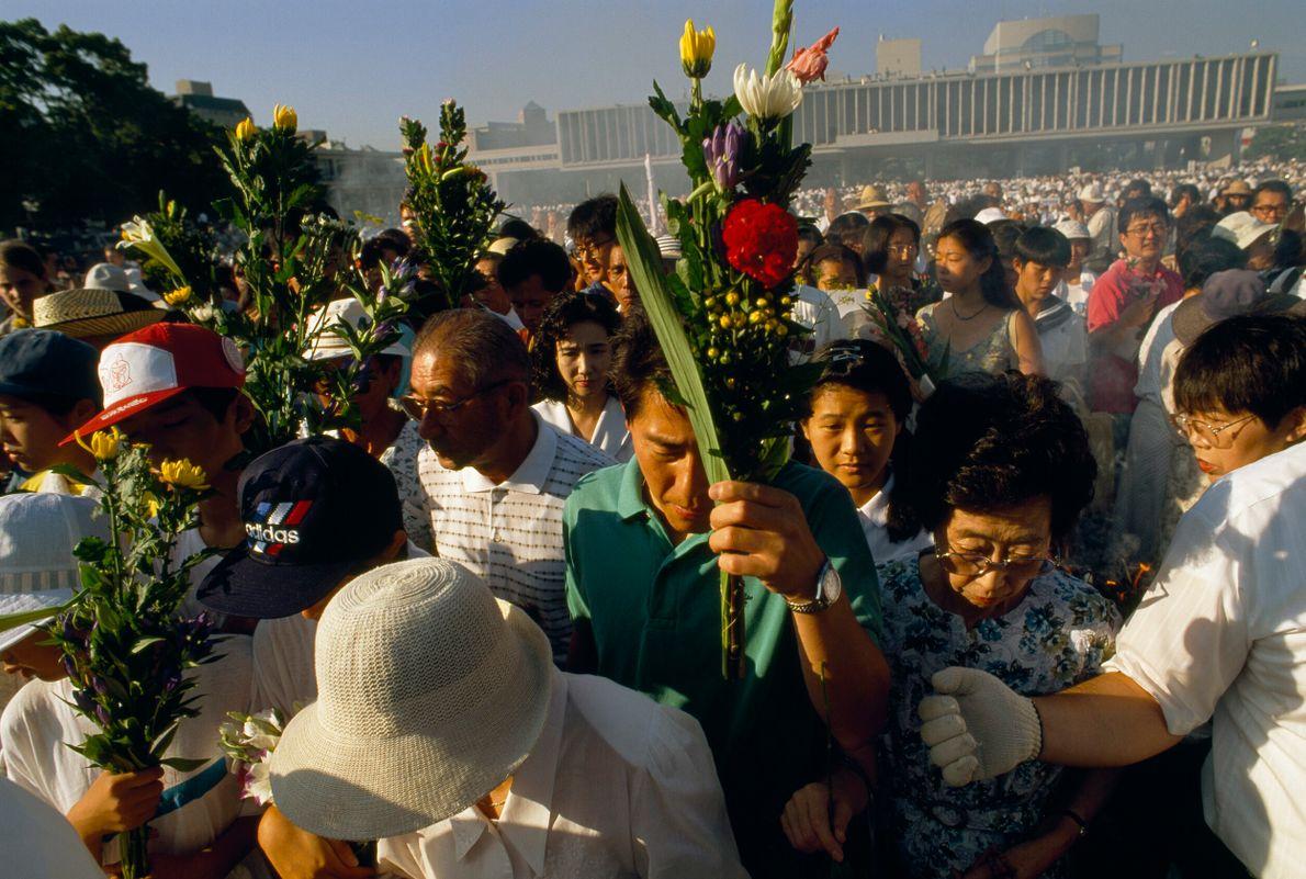 multidão segura flores