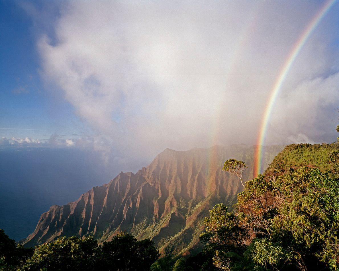 arco-íris duplo sobre vale