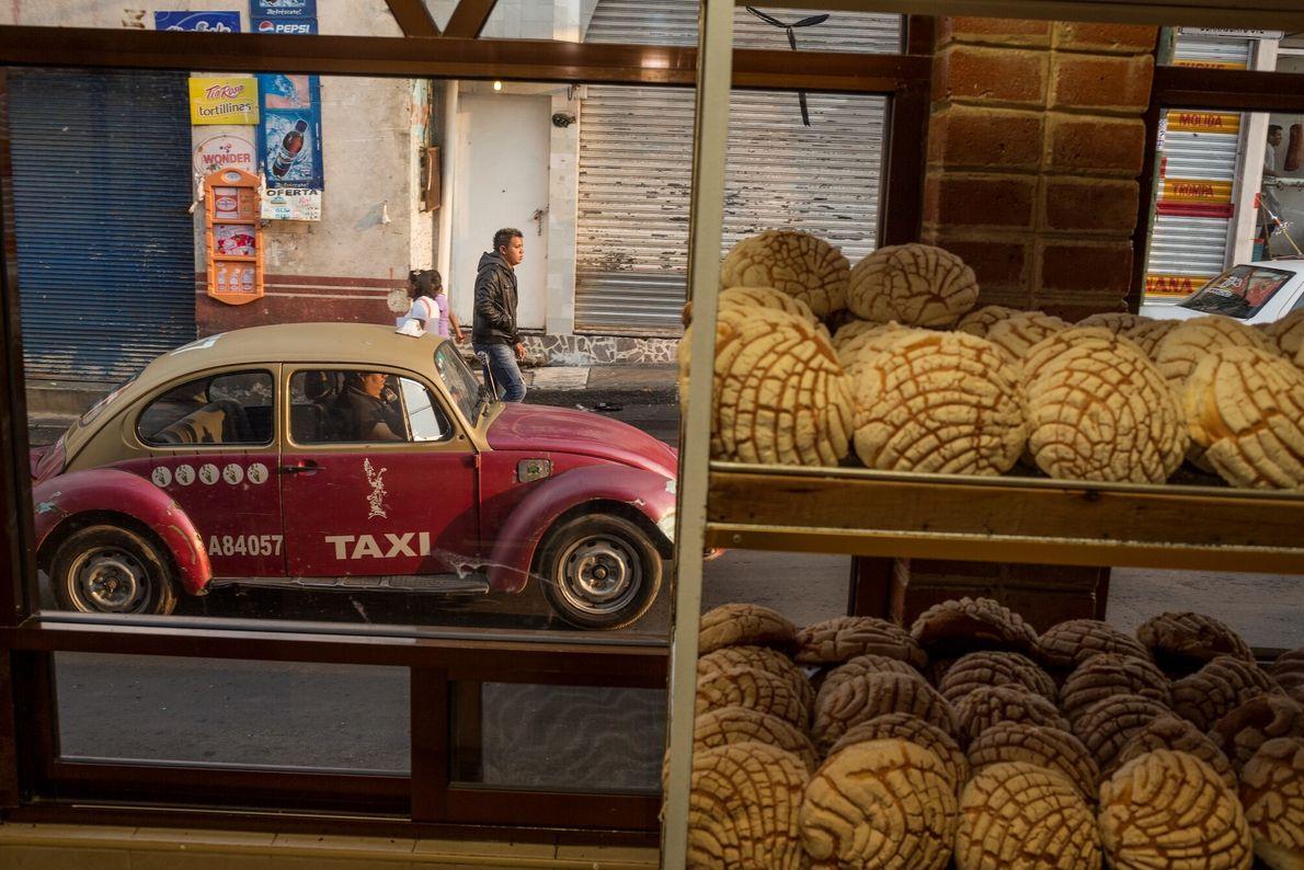 Padaria exibe seus pais em rua de Milpa Alta, no México. No fundo, um táxi-fusca