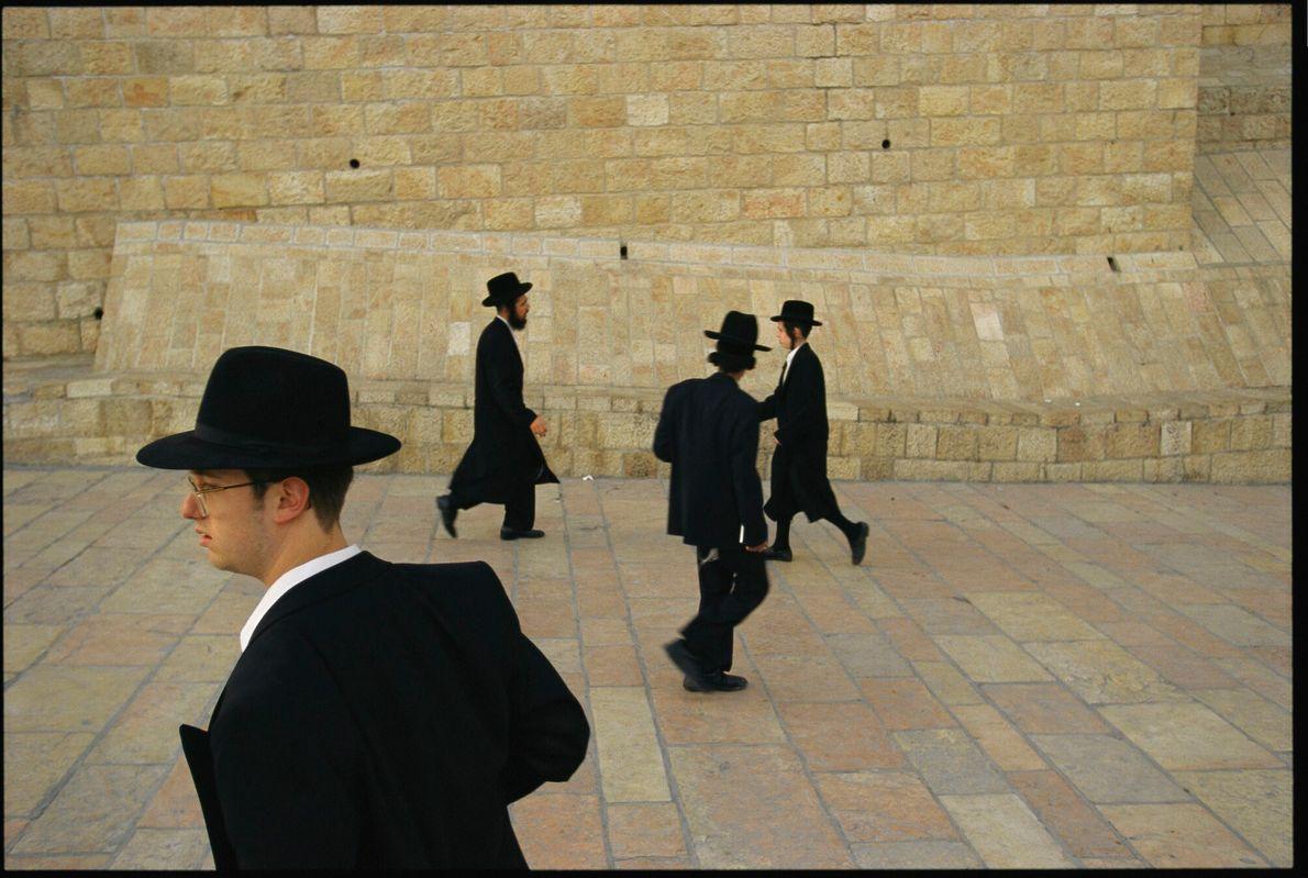 judeus ortodoxos em frente ao muro das lamentações, em Israel