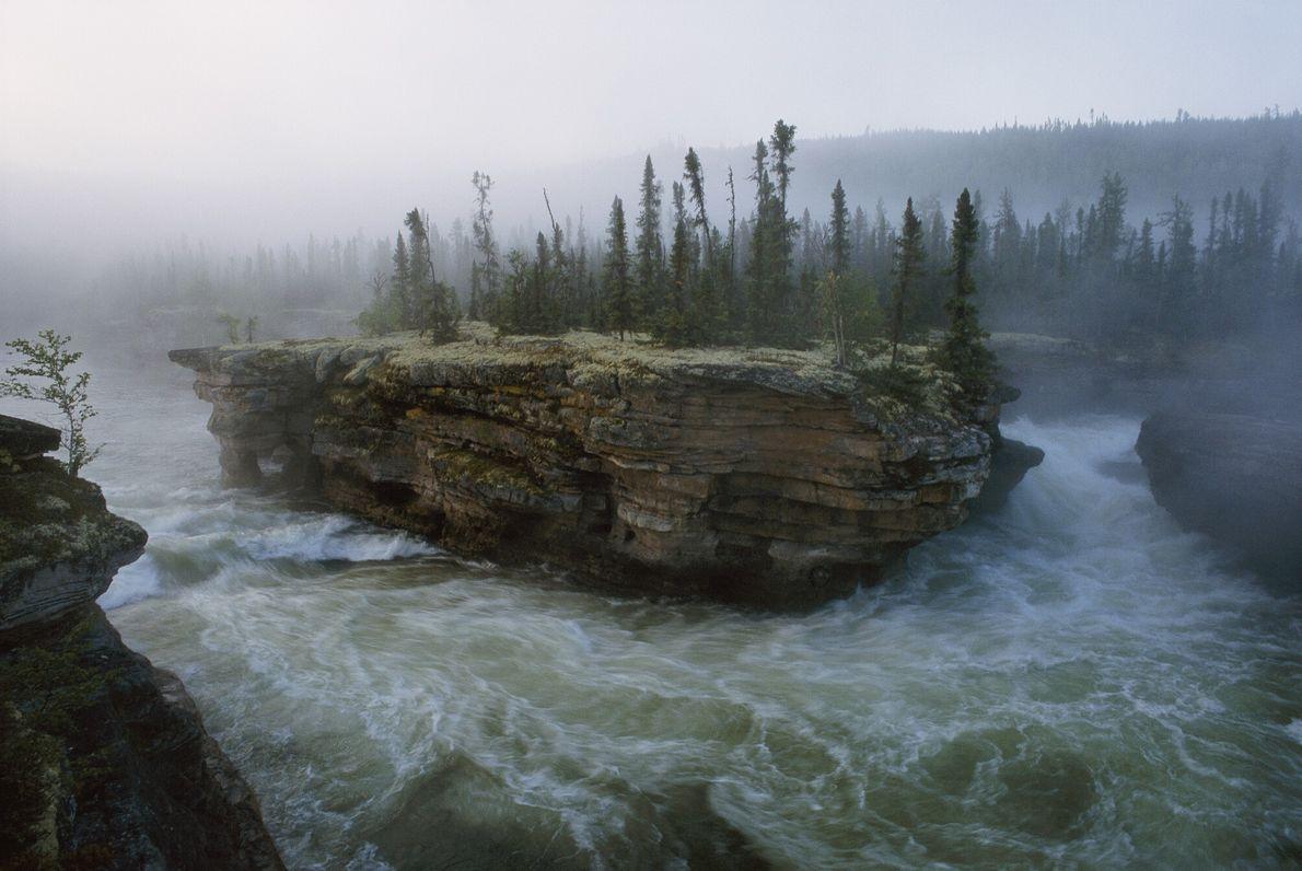 Fotografia de um rio em meio a corredeiras agitadas