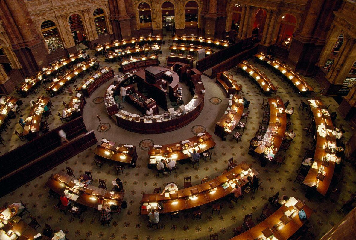 Foto de pessoas trabalhando na biblioteca do congresso