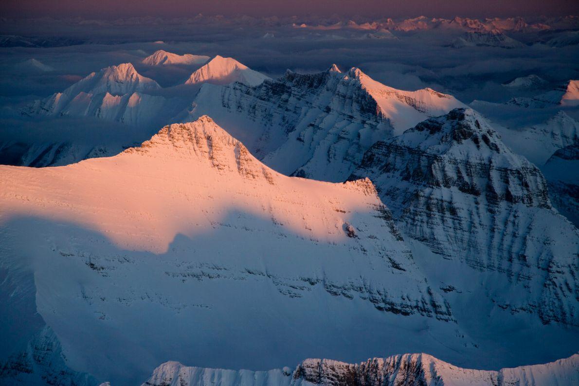 Foto de montanha coberta de neve durante o nascer do sol