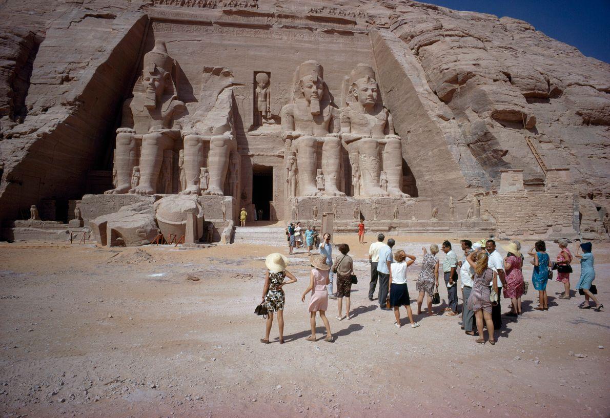 foto de um grupo de turistas observando o Templo de Ramses II, no Egito