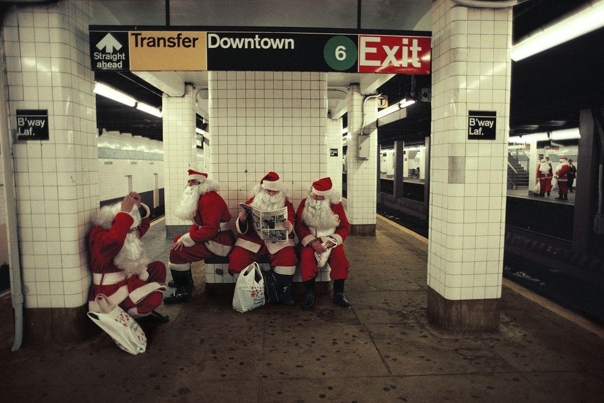 Papais-noéis no metrô