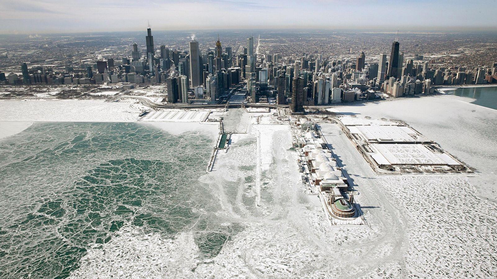 Gelo acumulado ao longo da costa do Lago Michigan quando as temperaturas caíram para cerca de ...