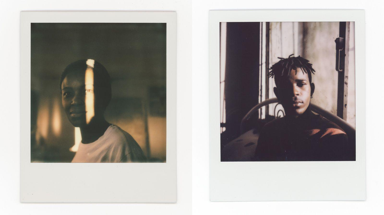 À esquerda: Aurora, 30 anos, posa para um retrato na sua casa. À direita: Asmir, 22 anos, namorado da Aurora, ...